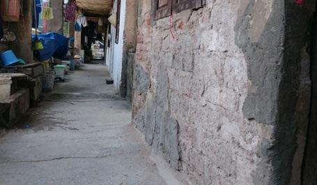 Tường và trần nhà bắt đầu lở loét, lún, nứt đe dọa an toàn của các hộ dân