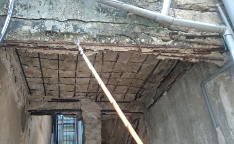 Chỉ cần tác động nhẹ bê tông trần nhà dễ dàng bong tróc từng mảng.