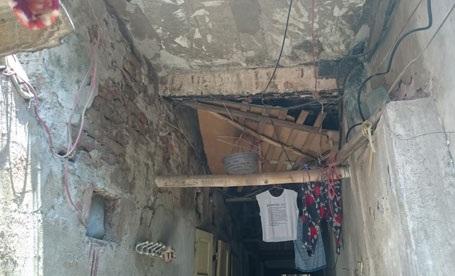 Trụ nhà nối với trần tầng 2 khu tập thể bị bong tróc, xuống cấp nghiêm trọng