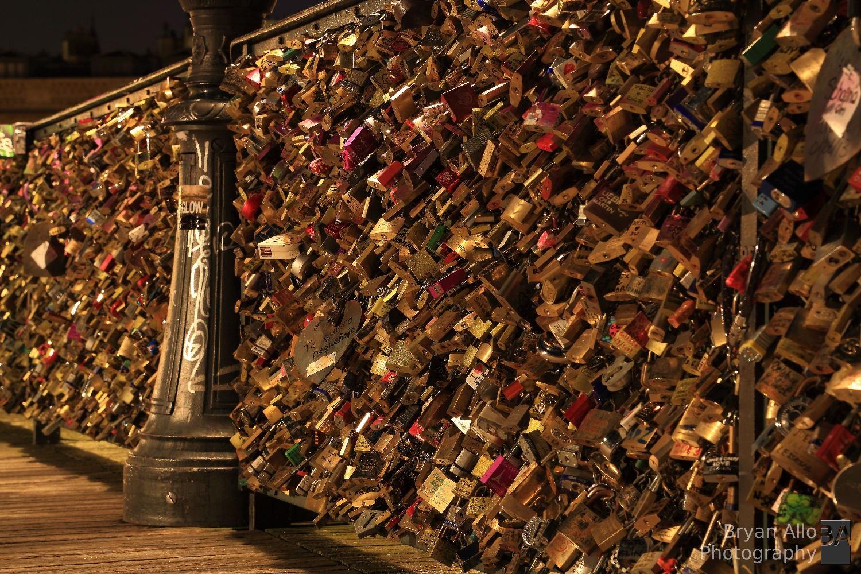 Thành cầu Pont des Arts chằng chịt những ổ khóa tình yêu