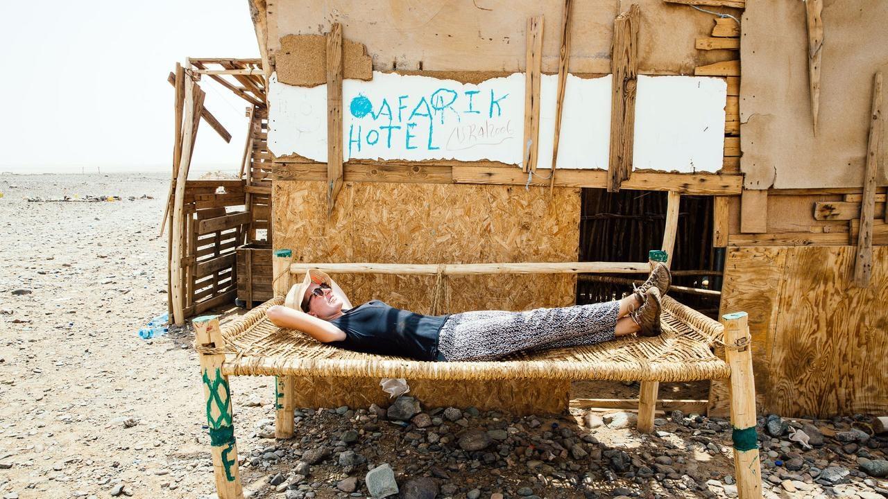 Những chiếc giường dành cho khách du lịch được đặt ngoài trời.