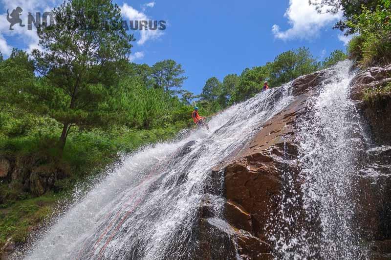 Bạn có thể trải nghiệm cảm giác leo thác nước cheo leo ở Đà Lạt...