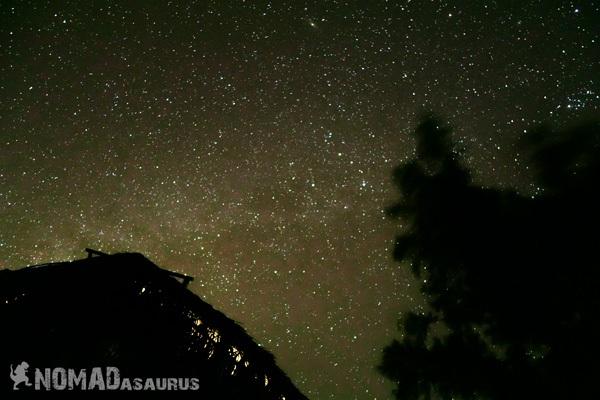 Và khi màn đêm buông xuống, những vì sao nhảy múa trên bầu trời.