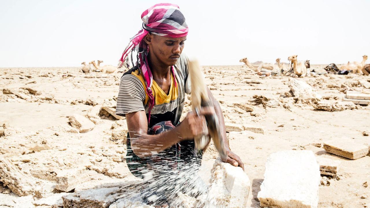 Người dân địa phương khai thác muối