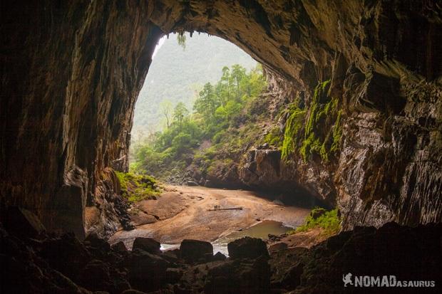 Lối ra rộng lớn của Hang Én - động lớn thứ 3 tại Việt Nam. Đó thực sự là một cái cửa hang rất lớn.