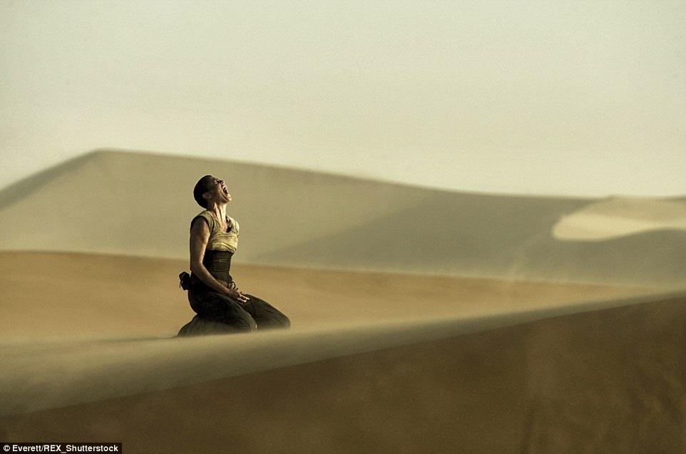Hình ảnh ám ảnh trên sa mạc hoang vắng củanhân vật Furiosa do Charlize Theron thủ vai