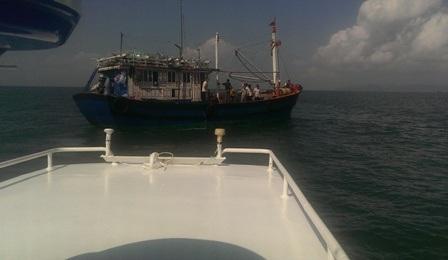 Tàu cứu hộ tiếp cận tàu có thuyền viên gặp nạn
