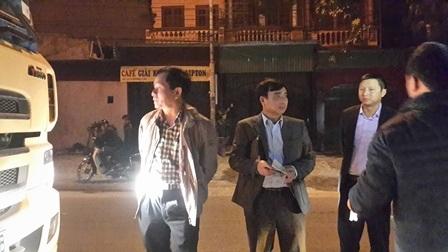 Ông Nguyễn Văn Huyện cùng đoàn cán bộ của Tổng cục kiểm tra xe quá tải.