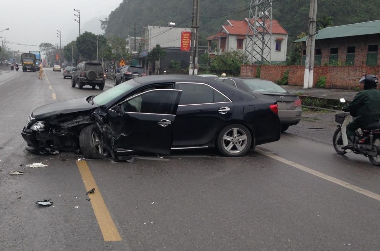 Tài xế xe bị nạn may mắn thoát chết.
