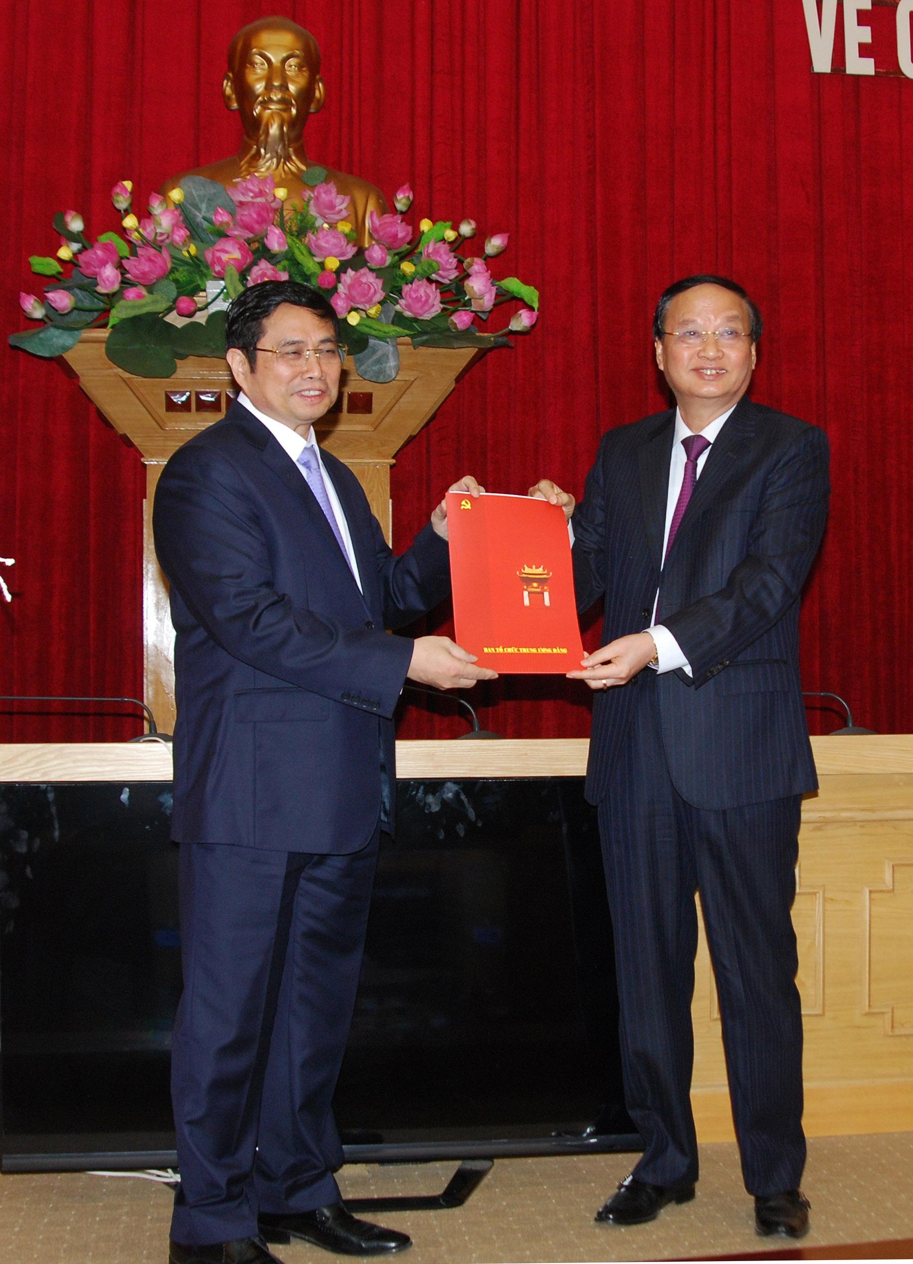 Ông Tô Huy Rứa trưởng ban tổ chức Trung ương trao quyết định bổ nhiệm mới cho ông Phạm Minh Chính