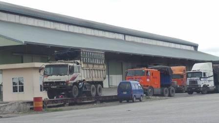 Xe vào lấy hàng chuẩn bị qua bàn cân tại Cảng Cái Lân