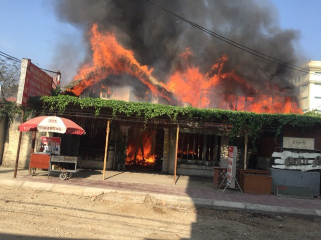 Ngọn lửa bao trùm toàn bộ nhà hàng nhưng vẫn chưa thấy lực lượng chữa cháy xuất hiện