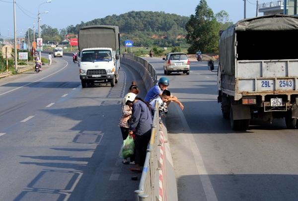 Người dân sang đường bằng lối đi tự mở