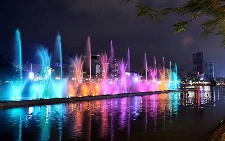 Những sắc màu rực rỡ hòa lẫn trong tiếng nhạc sôi động khiến khu hồ lung linh huyền ảo.