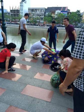 Người nhà nạn nhân khóc ngất bên thi thể của người thân