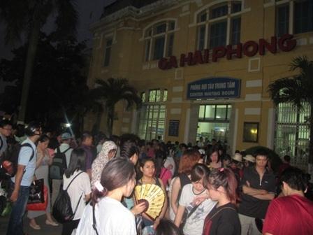 Quá tải nhà ga, khách phải tràn ra chờ đợi ở phía sân ga
