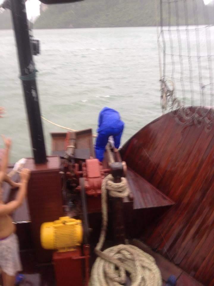 Tàu du lịch được chằng buộc lại ngay trong khi bão về