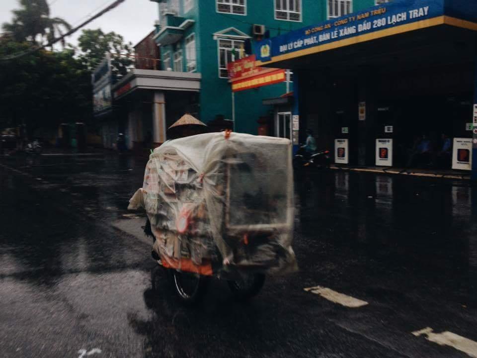 Một tiểu thương chạy hành tránh bão trên đường Lạch Tray