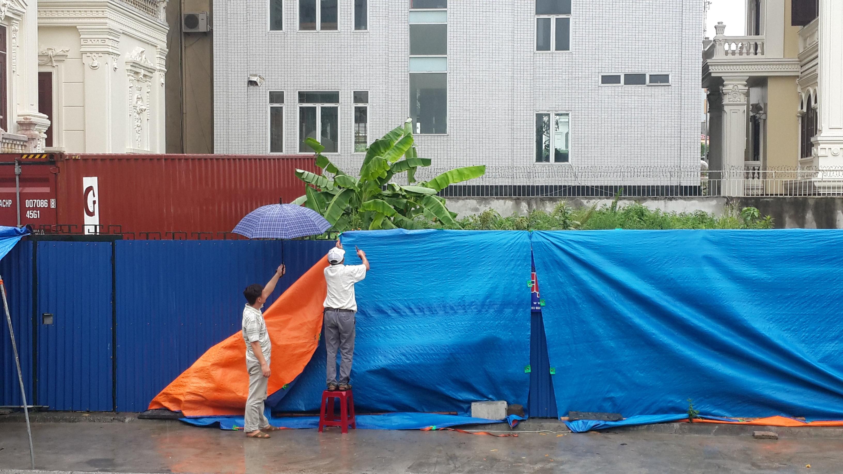 Người dân ứng phó trước bão