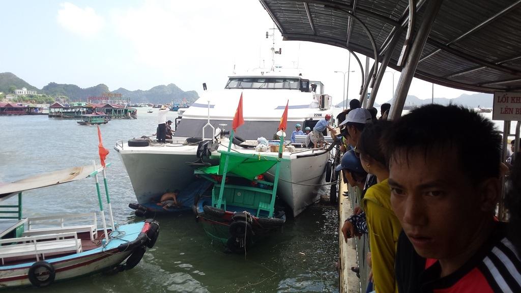 Hàng trăm hành khách hoảng loạn vì vụ tai nạn