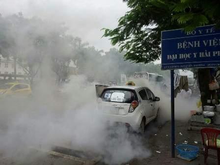 Chiếc xe taxi đang đậu thì tự nhiên bốc cháy