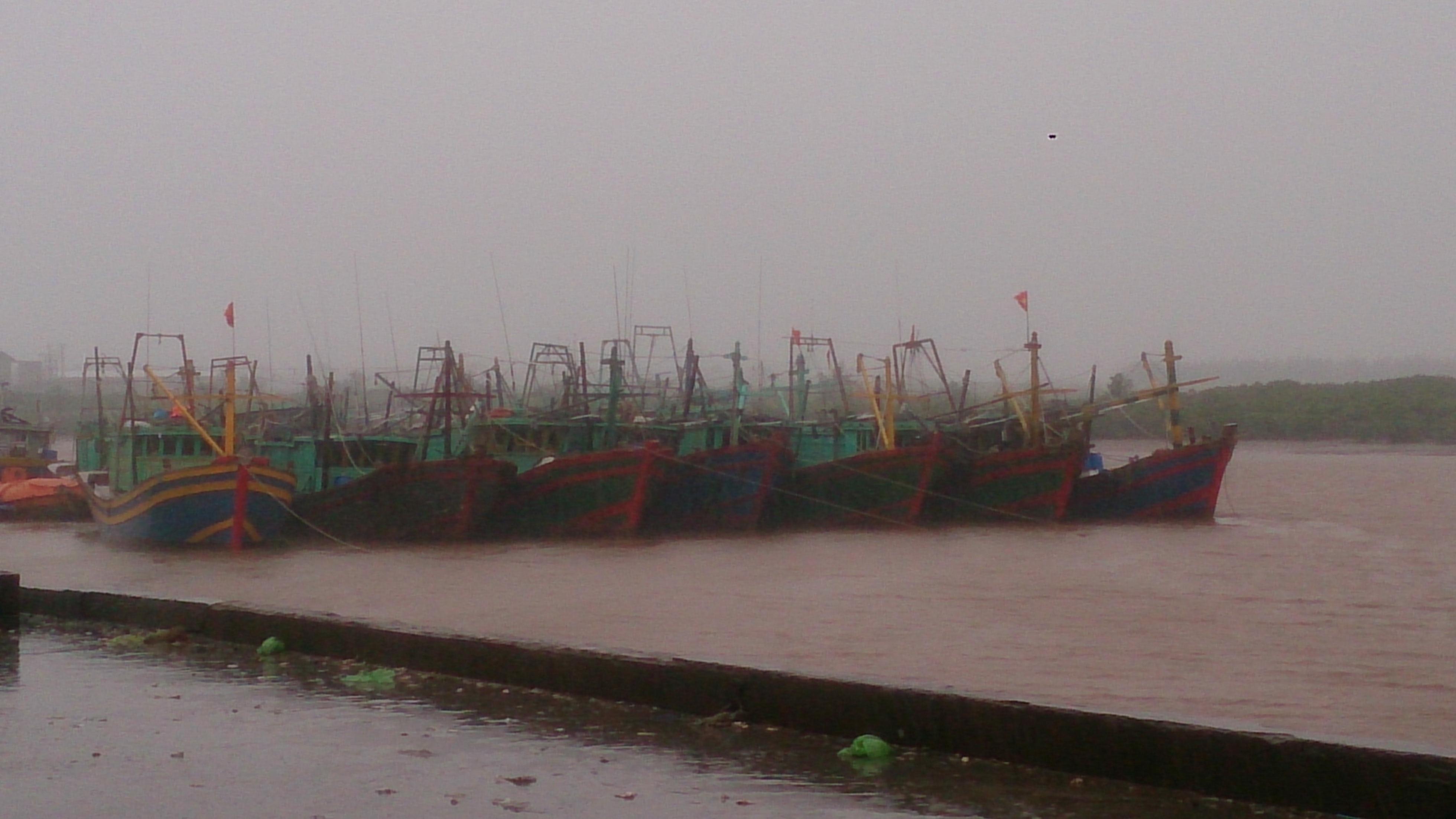 Khu neo đầu tàu thuyền tại Đồ Sơn đã được chằng buộc trước mưa lớn