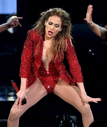 """Jennifer Lopez bị chê trình diễn phản cảm """"không hợp tuổi"""""""