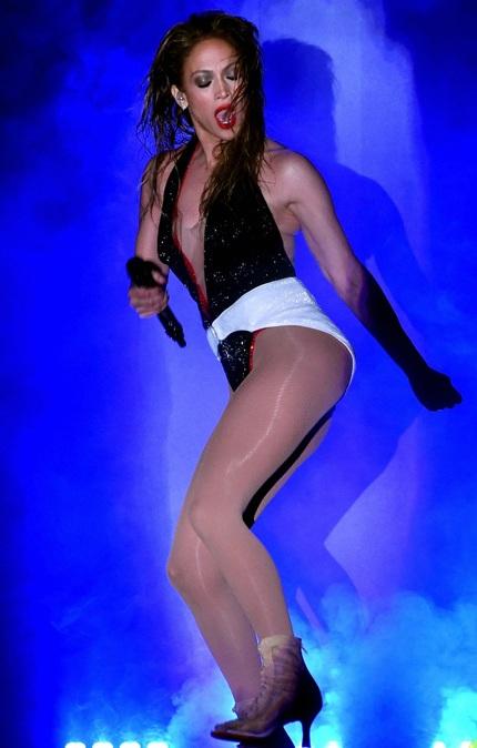 Bà mẹ hai con diện đồ siêu ngắn và nhảy nhót gợi cảm trước hàng nghìn khán giả.
