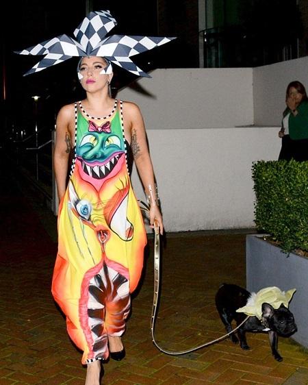 Thay cho chiếc mũ bảo hiểm, Lady Gaga đội một chiếc mũ giấy to tướng trên đầu.