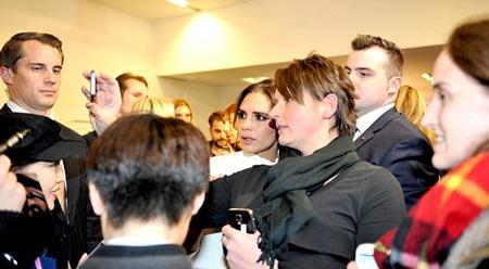 Người đẹp 40 tuổi thay trang phục để tham dự buổi ra mắt cửa hàng thời trang mới tại Manchester.