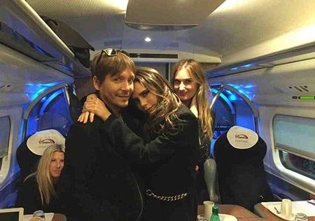 Victoria tranh thủ chụp ảnh kỷ niệm với các đồng nghiệp khi được đi trên tàu điện ngầm.