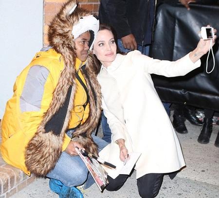 Angelina Jolie khi thân thiện với người hâm mộ