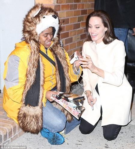 Hình ảnh thân thiện của Angelina Jolie với fan giúp cô ghi điểm với nhiều khán giả.