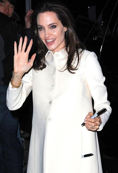 Nữ diễn viên nổi tiếng vẫy tay chào fan trước khi tiến vào trường quay tham gia buổi phỏng vấn.