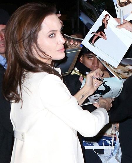 Nữ diễn viên 39 tuổi ký tặng khán giả