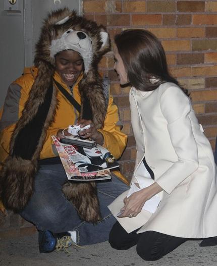 Cô chỉ mỉm cười khi xem lại bức ảnh chụp chung với ngôi sao nổi tiếng