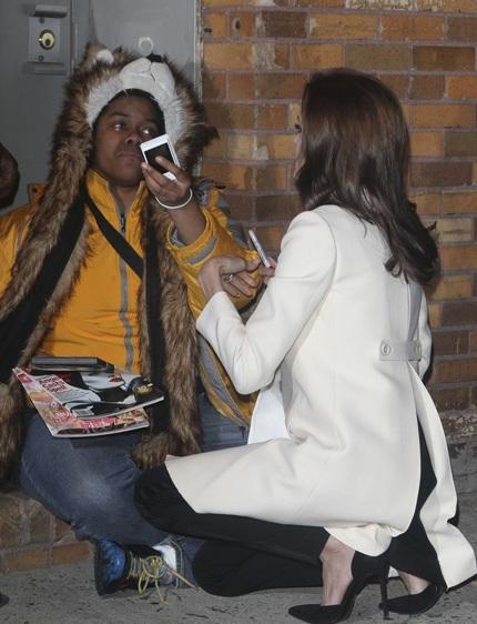 Người phụ nữ da màu vẫn nức nở khi được Angelina Jolie hỏi thăm
