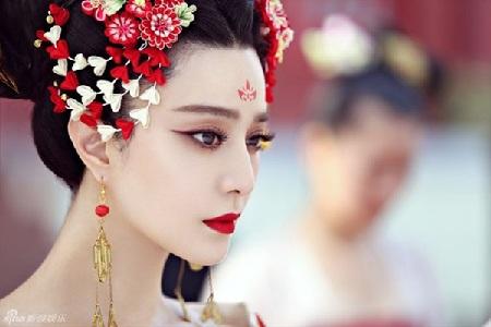Gương mặt của người đẹp cũng được chăm chút rất cẩn thận để có được những thước phim đẹp mắt nhất.