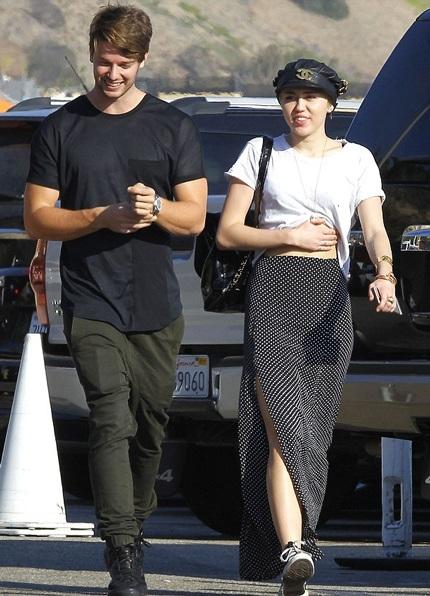 Miley Cyrus (22 tuổi) và Patrick Schwarzenegger (21 tuổi) đang đi nghỉ cùng nhau tại Miami.