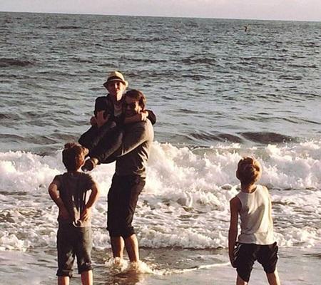 Charlie đi chơi cùng Britney và hai con trai riêng của cô.