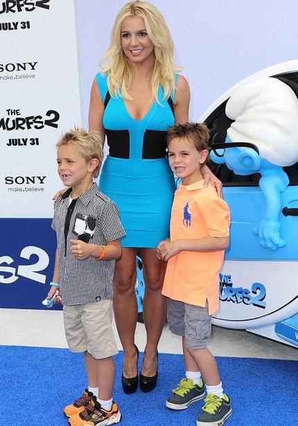 Công chúa nhạc Pop và hai con trai.