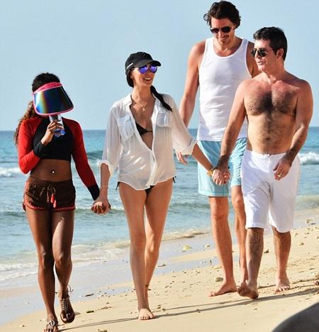 Lauren nắm tay Simon tình tứ khi đi dạo dọc bãi biển.