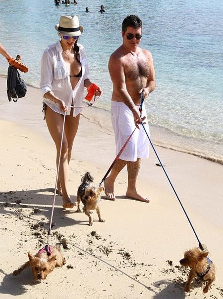 Lauren khoe đôi chân nuột nà và thon thả khi chạy dài trên cát trắng.