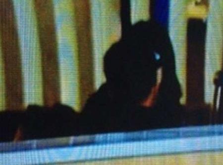 Vương Phi chủ động bày tỏ tình cảm với bạn trai tại sân bay bất chấp những ánh nhìn tò mò.