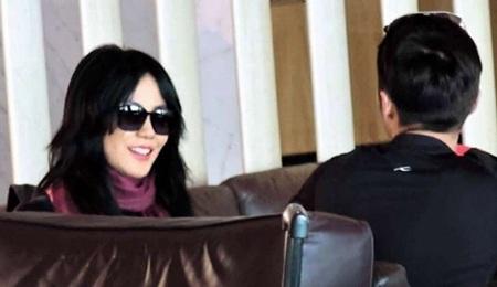Cặp tình nhân nổi tiếng trò chuyện vui vẻ, tình cảm trong lúc đợi máy bay về Bắc Kinh.