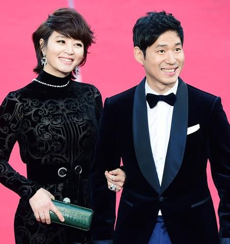 Kim Hye Soo (trái) kín đáo hơn thường lệ khi sánh đôi với Yoo Joon Sang