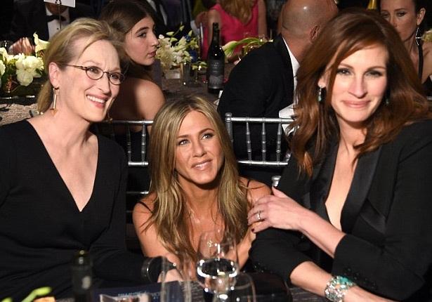Jennifer Aniston (giữa) lần thứ 3 thất bại tại một lễ trao giải điện ảnh trong năm 2015.