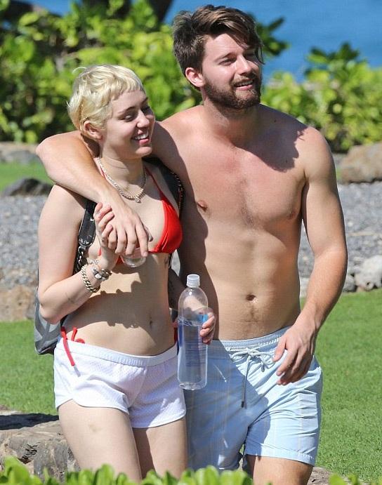 Miley và bạn trai hiện tại - Patrick Schwarzenegger đang đi nghỉ cùng nhau tại Hawaii.