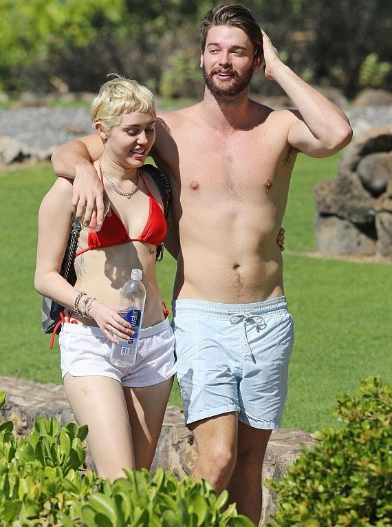 Cặp tình nhân trẻ không rời nhau nửa bước dù Miley không nhận được sự ủng hộ của gia đình bạn trai.