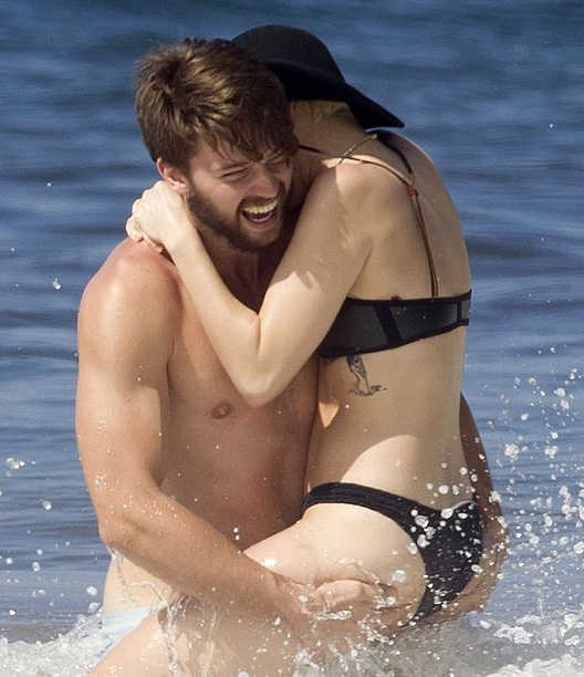 Miley hạnh phúc trong vòng tay của Patrick Schwarzenegger, con trai của ngôi sao điện ảnh